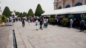Alto stupa de oro y turistas que caminan en Wat Phra Kaew