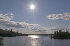 Alto Sun sobre un lago wilderness Imagenes de archivo