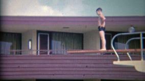 1956: Alto tablero de salto del hotel en Sahara Miami Beach Hotel Miami, la Florida almacen de metraje de vídeo