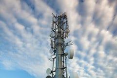 Alto - a tecnologia sofisticou a torre de comunicações eletrônicas no sunse Imagem de Stock Royalty Free
