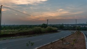 Alto tiro del rango dinámico de la puesta del sol colorida en las calles foto de archivo