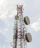Alto - torre de comunicações eletrônicas da tecnologia Imagens de Stock Royalty Free