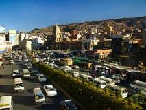 Alto tráfico en Avenida Ismael Montes en boliviano foto de archivo libre de regalías