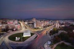 Alto tráfico en la ciudad de Iasi por noche Fotos de archivo libres de regalías