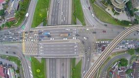 Alto tráfico en la intersección acodada multi de la carretera en Subang Jaya, Kuala Lumpur almacen de video