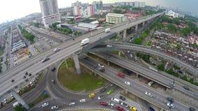 Alto tráfico en la intersección acodada multi de la carretera en Subang Jaya, Kuala Lumpur metrajes