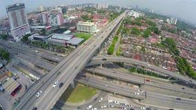Alto tráfico en la intersección acodada multi de la carretera en Subang Jaya, Kuala Lumpur almacen de metraje de vídeo