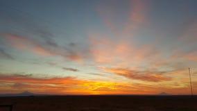 Alto tramonto del deserto con il cappuccio di Mt Fotografie Stock