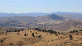 Alto vídeo de la toma panorámica de la definición 1080p del alto terreno del desierto y vegetación en el antílope Oregon central  almacen de metraje de vídeo