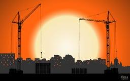 Alto vector detallado que alza las grúas que construyen la ciudad en fondo de la puesta del sol Foto de archivo