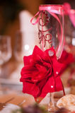 Alto vetro del champagne, bowknot, cristallo di rocca rosso del modello della rosa Immagine Stock Libera da Diritti