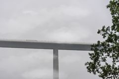 Alto viaducto con la conducción de automóviles en ella Fotografía de archivo