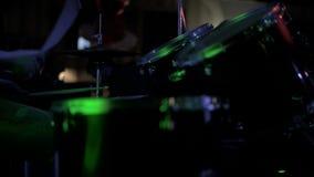 Alto vicino anonimo di Drumming del batterista in scena - video d archivio
