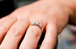 Alto vicino dell'anello di fidanzamento Fotografia Stock