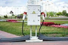 Alto voltaje de la centralita telefónica con los cables conectados en una calle Fotos de archivo libres de regalías