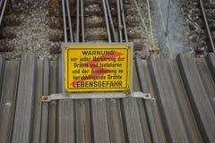 Alto voltaje de la precaución de la señal de peligro en alemán Foto de archivo libre de regalías