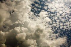 Altocumulus- und Kumuluswolken Stockfotos