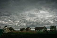 Altocumulusasperitas, ook als bel wordt bekend betrekt bij de rug van een onweersbuicluster over centraal Roemenië dat stock afbeeldingen