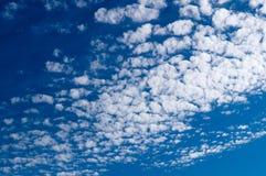 Altocumuluswolken in blauwe hemel op zonnige vreedzame dag stock fotografie