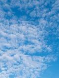 Altocumuluswolken und blauer Himmel Lizenzfreie Stockfotos