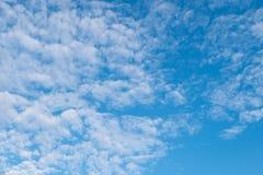 Altocumuluswolken und blauer Himmel Stockfotografie
