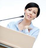 Altofalante da mulher no pódio Fotografia de Stock