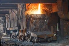 Altoforno che fonde acciaio liquido in acciaierie immagine stock libera da diritti