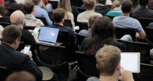 Altoparlante che presenta un esposto sull'incontro di affari corporativo Pubblico alla sala per conferenze EVENTO DI AFFARI archivi video