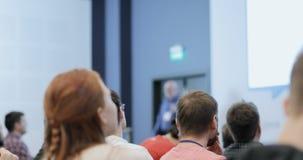 Altoparlante che presenta un esposto sull'incontro di affari corporativo Pubblico alla sala per conferenze EVENTO DI AFFARI video d archivio