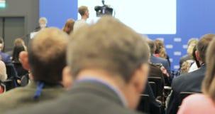 Altoparlante che presenta un esposto sulla conferenza scientifica Pubblico alla sala per conferenze Concetto di imprenditorialità video d archivio