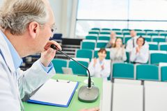 Altoparlante della medicina nella conferenza medica Fotografie Stock Libere da Diritti