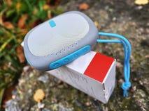 Altoparlante portatile di Bluetooth per ascoltare la musica Usi per ascoltare musica dalla batteria fotografia stock libera da diritti