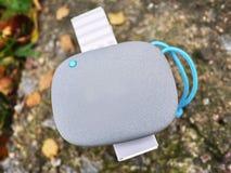 Altoparlante portatile di Bluetooth per ascoltare la musica Usi per ascoltare musica dalla batteria immagini stock libere da diritti