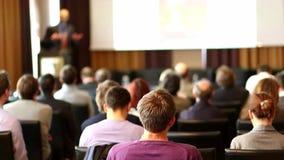 Altoparlante pubblico che presenta esposto all'evento di affari stock footage
