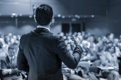 Altoparlante pubblico che presenta esposto all'evento di affari immagini stock libere da diritti