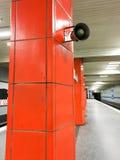 Altoparlante rumoroso su una colonna piastrellata rossa Immagine Stock Libera da Diritti