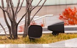 Altoparlanti moderni installati nel parco vicino alle scale, sparse con le foglie di autunno fotografia stock