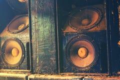 Altoparlanti sani di musica che appendono sulla parete Fotografia Stock