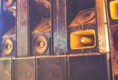 Altoparlanti sani di musica che appendono sulla parete nello stile d'annata monocromatico Immagine Stock