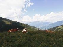 Altopiani alpini meravigliosi con il cielo perfetto montagnoso fotografie stock