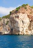 Altos acantilados cerca del agua Imagen de archivo libre de regalías