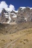 Altos acantilados de Cuyoc con nieve en tapa imagen de archivo