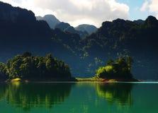 Altos acantilados en la isla tropical. foto de archivo