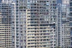 Altos apartamentos apretados de la subida Fotos de archivo libres de regalías