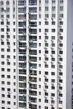 Altos apartamentos blancos de la subida foto de archivo