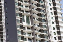 Altos apartamentos de la subida foto de archivo