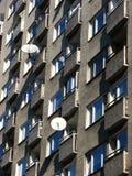 Altos apartamentos de la subida con las antenas parabólicas Fotografía de archivo libre de regalías