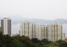 Altos apartamentos de la subida en Hong-Kong Foto de archivo libre de regalías