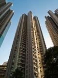 Altos apartamentos de la subida en Hong-Kong Foto de archivo