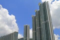 altos bloques de apartamentos de la subida en la isla de Lantau, HK Foto de archivo libre de regalías